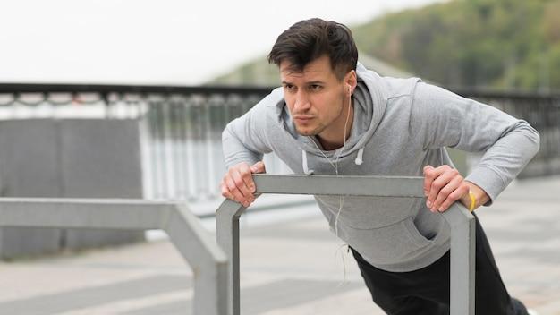 Hombre fuerte haciendo ejercicios al aire libre