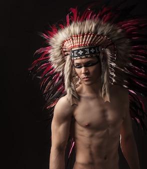Hombre fuerte indio con maquillaje tradicional nativo americano