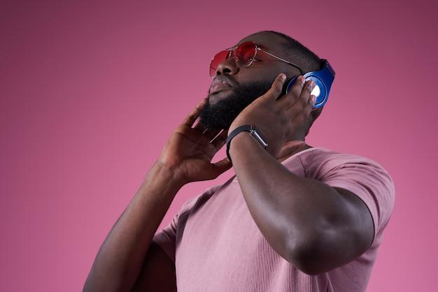 Hombre fuerte presiona el auricular más cerca de la cabeza.