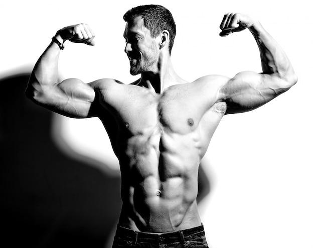 Hombre fuerte con sus armas levantadas