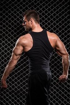 Hombre fuerte y sus músculos