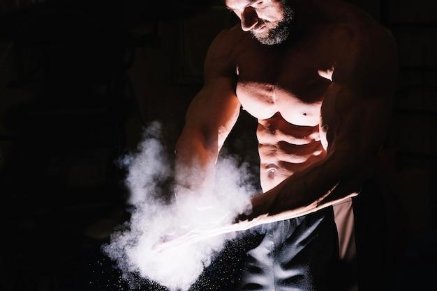 Hombre fuerte con talco en polvo