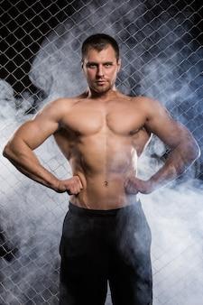 Hombre fuerte en la valla