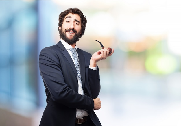 Hombre fumando una pipa