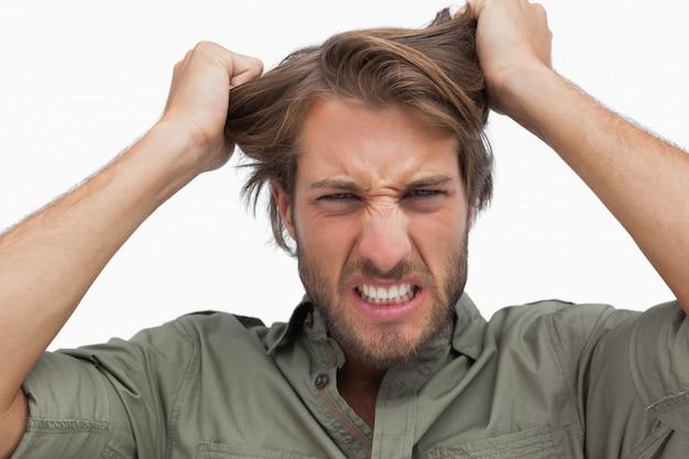 Hombre furioso tirando de su cabello