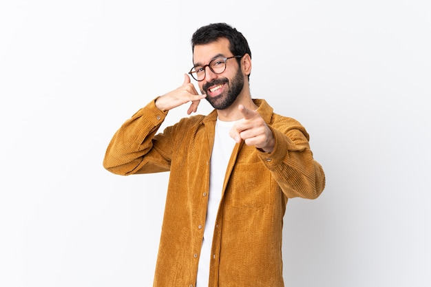 Hombre con gafas y camisa amarilla