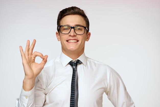 Hombre con gafas y corbata, estudiante profesor