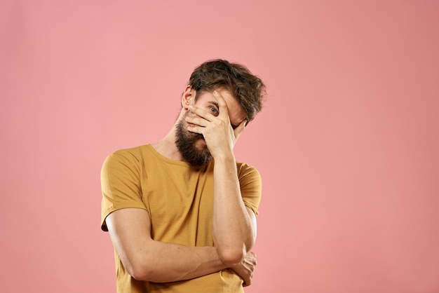 Hombre con gafas diferentes emociones, espacio rosa