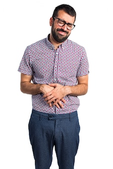 Hombre con gafas con dolor de estómago