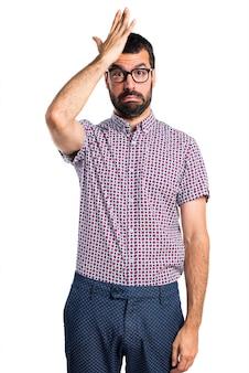 Hombre con gafas con dudas