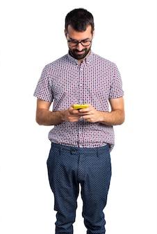 Hombre con gafas hablando con el móvil