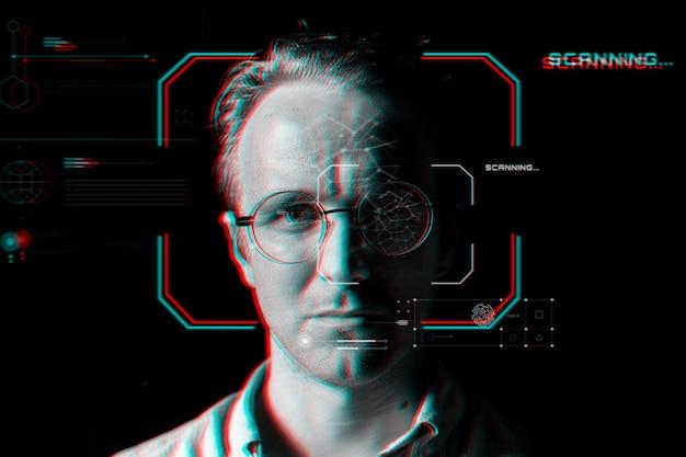 Hombre con gafas inteligentes detrás de la tecnología de escaneo virtual en efecto de falla