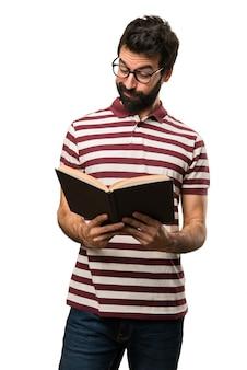 Hombre con gafas leyendo un libro