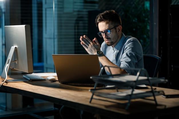 Hombre con gafas mirando portátil