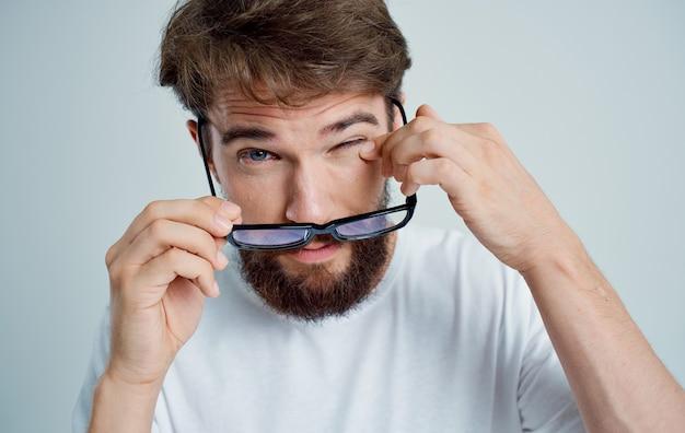 Hombre con gafas, problemas de salud, visión, tratamiento de la miopía