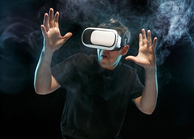El hombre de las gafas de realidad virtual. concepto de tecnología futura.