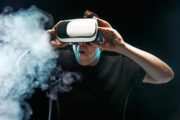 El hombre con gafas de realidad virtual. concepto de tecnología futura.