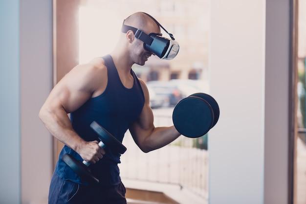 Hombre con gafas de realidad virtual con mancuernas.