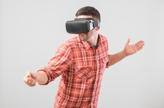 Hombre con gafas de realidad virtual pagando simulador de esgrima