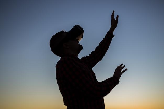 Hombre con gafas de realidad virtual. los sueños se hacen realidad