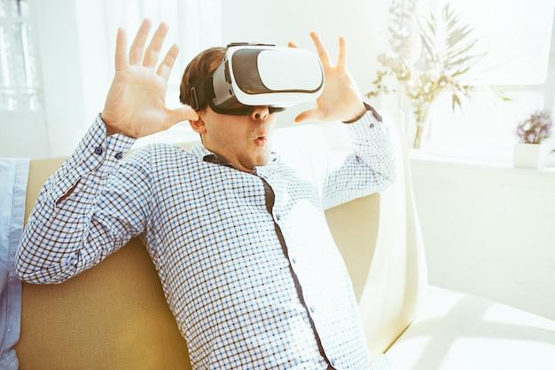 El hombre con gafas de realidad virtual.