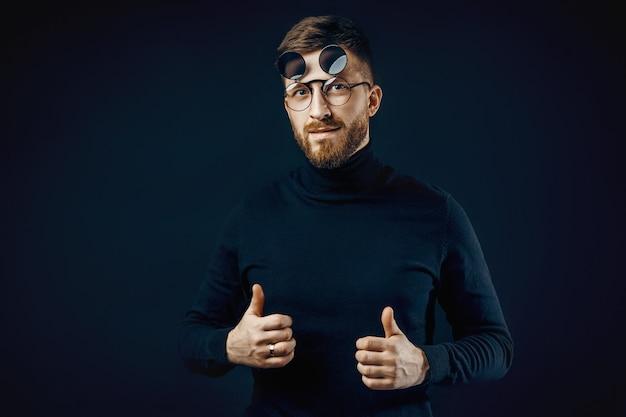 Hombre con gafas redondas gesticulando