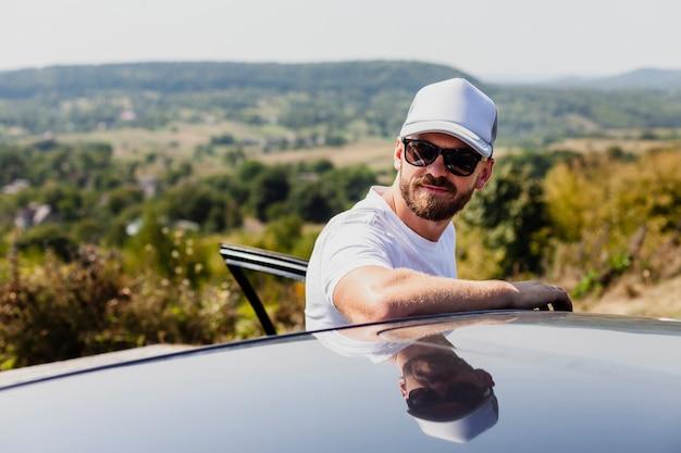 Hombre con gafas saliendo del coche