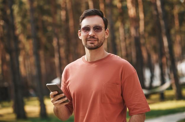 Hombre con gafas de sol en la naturaleza