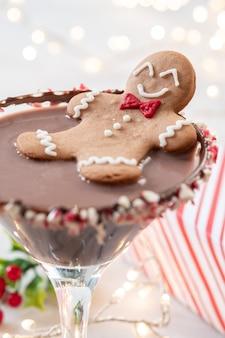 Hombre de galletas de jengibre borracho en un cóctel de navidad