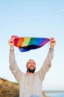 Hombre gay ondeando la bandera lgbt