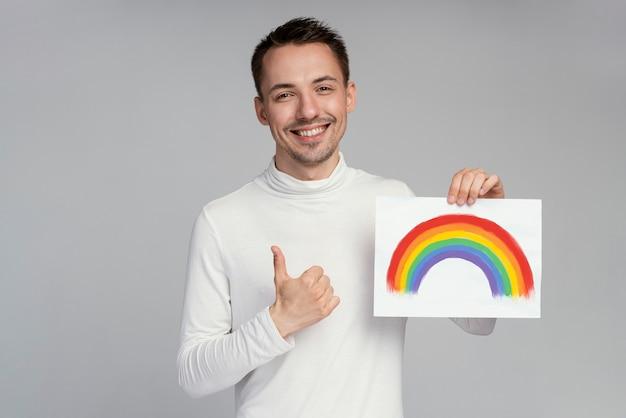 Hombre gay con símbolo lgbt