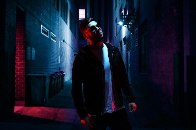 Hombre genial en la calle oscura