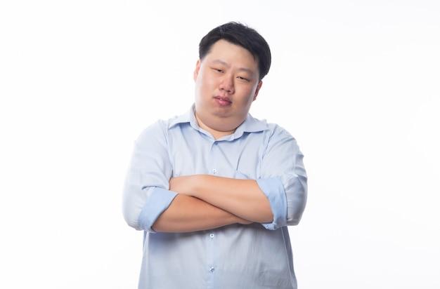 Hombre gordo asiático en camisa azul brazo cruzado