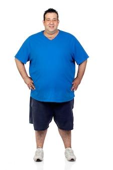 Hombre gordo feliz aislado en el fondo blanco