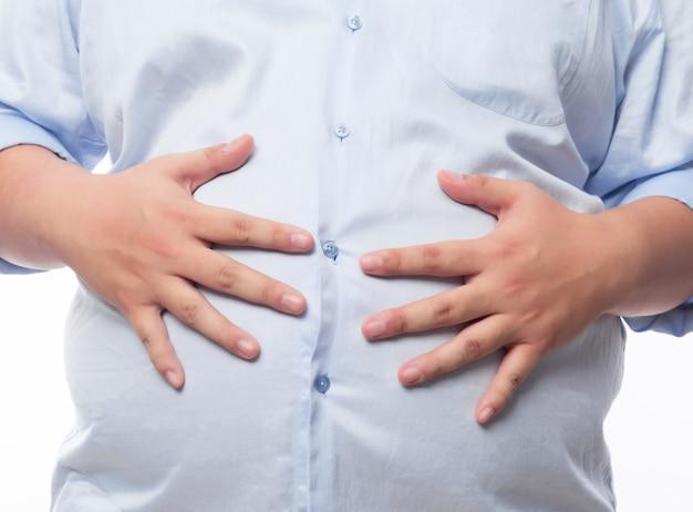 Hombre gordo con gran barriga con sobrepeso. dieta fallida y comer los alimentos equivocados. camisa ajustada. concepto de pérdida de peso