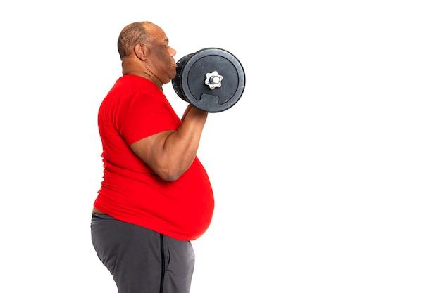 Hombre gordo y obeso hace ejercicio para bajar de peso