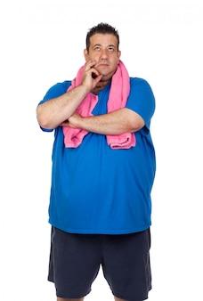 Hombre gordo pensativo que juega el deporte aislado en un fondo blanco