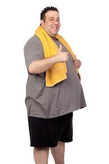 Hombre gordo que juega el deporte aislado en un fondo blanco