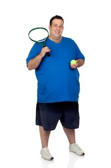 Hombre gordo con una raqueta para jugar tenis aislado sobre fondo blanco