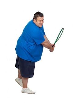Hombre gordo con una raqueta que juega al tenis aislado en el fondo blanco