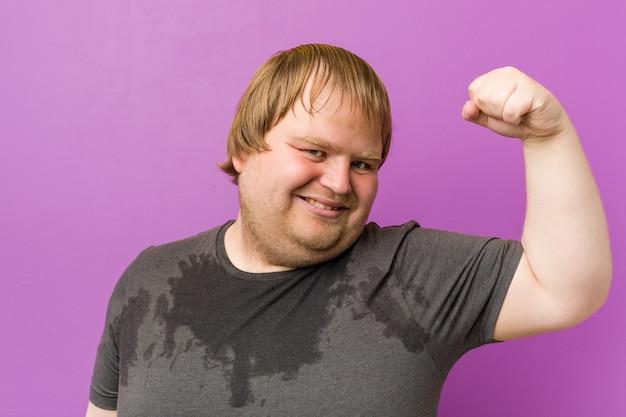 Hombre gordo rubio loco caucásico sudando