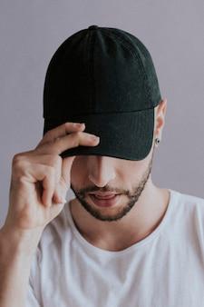 Hombre con gorra negra