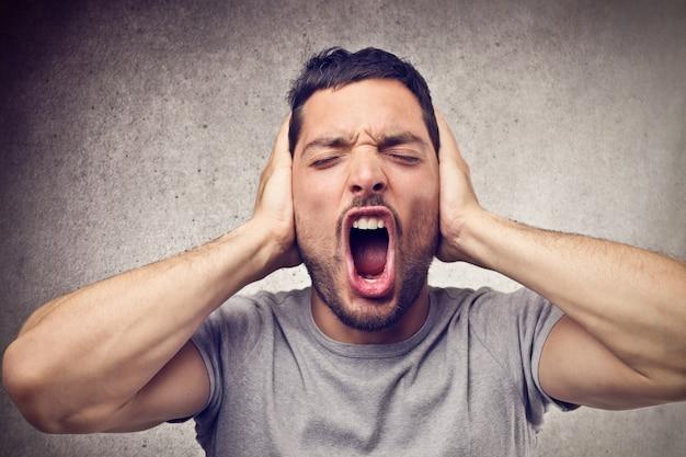Hombre gritando fuerte