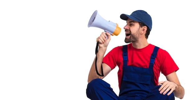 Hombre gritando en megáfono con copia espacio fondo blanco.
