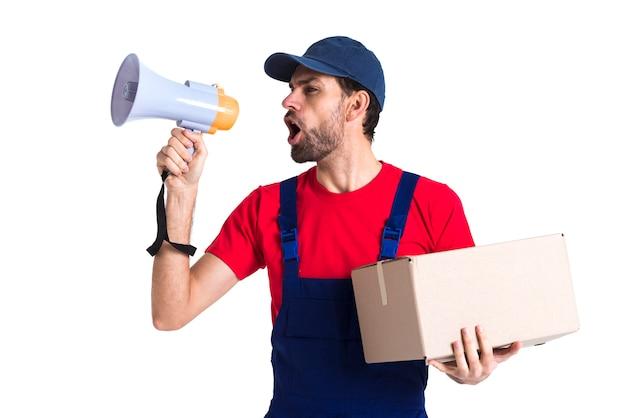 Hombre gritando en megáfono y sosteniendo una caja