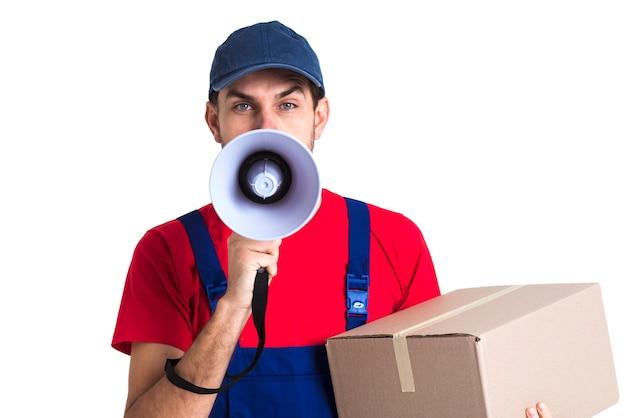 Hombre gritando en megáfono y sosteniendo una vista frontal de la caja