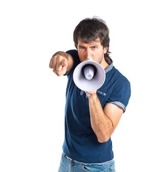Hombre gritando sobre fondo blanco aislado