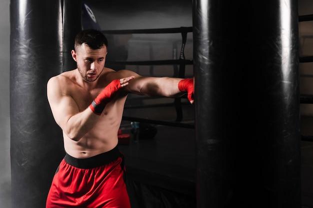 Hombre con guantes rojos de boxeo