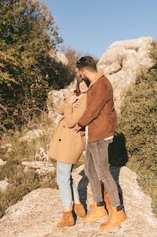 Hombre guapo abrazando a su novia