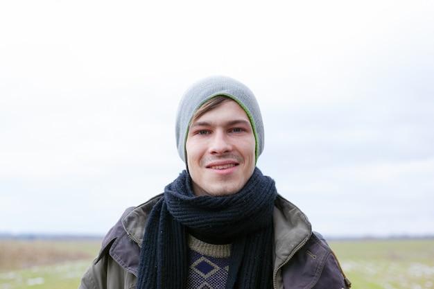 Hombre guapo sin afeitar en la naturaleza. chico casual 22-24 años disfruta retrato de la naturaleza